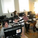 Доброволци от Младежки парламент помагат на възрастни хора да усвоят умения за работа с електронна поща, скайп (Младежки дом - Русе)