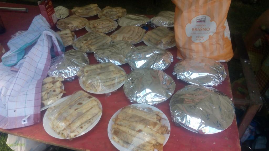 Та ето как изглеждат над 450 палачинки, вече намазани с шоколад или сладко и готови да бъдат сервирани...