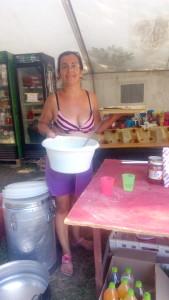 Тук се включих в приготвянето на храната и намазах има-няма стотина от палачинките, лафейки си с една от сръбските доброволки, която отговаряше за кухнята, и с една от придружителките на македонските деца. За учудване на Доти, Деян и мен, тук сладките палачинки бяха сервирани за вечеря и всъщност всички деца бяха изключително щастливи от това.